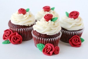 red-velvet-cupcakes-with-roses